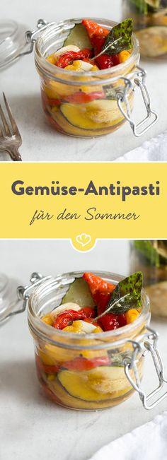 Saftige Zucchini und Paprika, etwas Knoblauch und gutes Olivenöl – fertig ist die perfekte Sommer-Antipasti fürs nächste BBQ oder einfach so Zwischendurch.