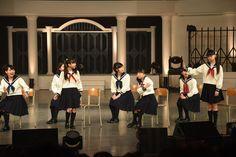 「秋桜学園 合唱部」のパロディ寸劇より森萌々穂に「呪いあれ」と言い放つ吉田爽葉香(右)。