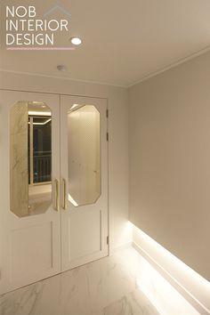 인천인테리어 _ 인천 부평구 삼산동 신성미소지움 54평 인테리어 / 폴리싱 비앙코 마블 타일 아파트 : 네이버 블로그 Clinic Design, Home Room Design, House Rooms, Entrance, Minimalism, Wall Lights, Doors, Interior Design, Lighting