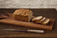 Fazer pão em casa não é um bicho de sete cabeças. Nesta versão, você não precisa sovar, nem esperar a massa fermentar. É pão caseiro express!