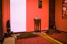 Masaż tajski wykonywany jest w ubraniu, na podłodze, na rozłożonej macie lub lekkim materacu. Osoba poddawana zabiegowi przyjmuje wiele różnych pozycji wywodzących się z pięciu zasadniczych postaw - leżenia tyłem, przodem i na boku oraz postawy odwróconej i siedzącej. Ważnym elementem jest medytacyjny stan, dlatego też masaż tajski wykonywany jest zazwyczaj w ciszy lub przy muzyce relaksacyjnej, która pozwala na koncentrację i refleksję.