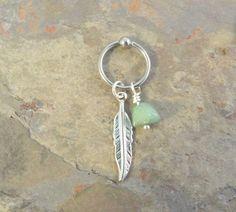 Anillo de perla en cautiverio para el cartílago o el ombligo anillo cbr con una pluma de plata y una pepita de Venturina verde. También puede ser