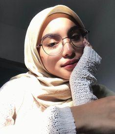 Wear the hijab well with the glasses SoSab Modest Fashion Modest Fashion Hijab, Casual Hijab Outfit, Hijab Chic, Muslim Fashion, Ootd Hijab, Hijabi Girl, Girl Hijab, Muslim Girls, Muslim Women