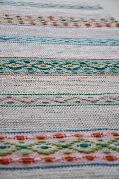 Textiles, Red Rugs, Woven Rug, Scandinavian Style, Embroidery Stitches, Fiber Art, Pattern Design, Knitting Patterns, Hand Weaving