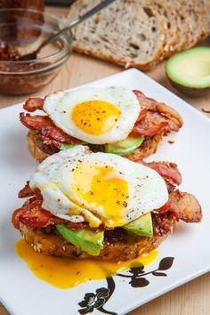 Œufs pochés sur muffins anglais avec bacon et avocat (peut mettre des oignons caramélisés).
