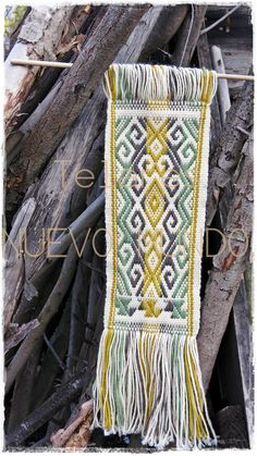 Mapuche Loom, supplementary warp  ///  Telar Mapuche, urdimbre suplementaria. Follow us on Instagram @telaresnuevomundo Inkle Weaving, Inkle Loom, Card Weaving, Weaving Art, Textile Design, Textile Art, Types Of Weaving, Textiles, Crafty Craft