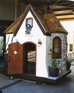 How To Design A Chicken House For Your Garden - forget the chicken house I would turn this into a playhouse for the children. projects ideas chicken coops How To Design A Chicken House For Your Garden Cubby Houses, Dog Houses, Play Houses, Indoor Playhouse, Build A Playhouse, Playhouse Ideas, Castle Playhouse, Childrens Playhouse, Casas Club