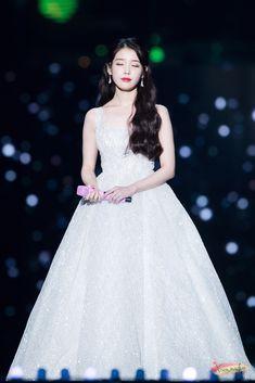 IU's Stylist Gets Praised For Choosing Wonderful Outfits For The Singer Iu Fashion, Korean Fashion, Kpop Girl Groups, Kpop Girls, Snsd Yuri, Oppa Gangnam Style, Kim Chungha, Korean Celebrities, Korean Actresses