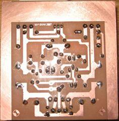 Amplificador bem simples, que utiliza na saída os transistores darlingtons TIP 142 e TIP147, circuito montado no mundo inteiro. Eu particularmente nunca montei o circuito, mas li muitos comentários sobre o mesmo, muitos a favor e alguns contra, mas por ser simples e potente a maioria ficou satisfeito. (150W em 4 R) Aqui tem o PDF com o desenho da placa . Boa sorte!   https://www.te1.com.br/wp-content/uploads/2011/12/100w_tip142_tip147_1a.pdf