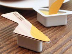 Uma faca à mão  Para facilitar o uso de manteiga descartável, o designer coreano Yeongkeun teve uma ideia simples mas matadora: substituiu a tampa tradicional por uma em formato de faca. Com textura de madeira, a ideia é que o acessório  ajude a espalhar o produto de forma mais prática, afirmou o designer em seu site pessoal. Faixas coloridas para destacar os diferentes sabores de cada pote foram incluídas no protótipo.