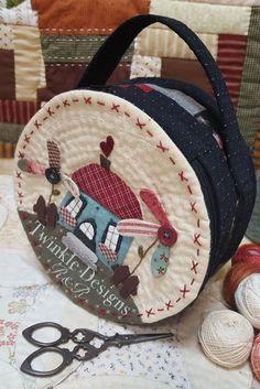 """Costurero """"molón"""" Altura: 10 cm, diámetro: 20 cm. Patrón disponible - Twinkle Designs R&R Applique Designs, Fabric Scraps, Twinkle Twinkle, All Design, Quilt Patterns, Straw Bag, Basket, Quilts, Purses"""
