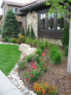 Front Yard Landscaping Ideas - Check Out these Perry House Design photos of front backyard landscape design layouts and also get suggestions for your very own yard. Rustic Landscaping, River Rock Landscaping, Small Front Yard Landscaping, Home Landscaping, Landscaping With Rocks, Colorado Landscaping, Rock Mulch, Small Front Yards, Landscaping Borders