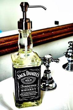 ウィスキーの空き瓶で渋くてかっこいいディスペンサーの出来上がり。洗面を使うのが楽しくなりそうです。