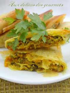 Vegetable samosa (carrot zucchini eggplant) and (cheese). Tested and approved with camembert and purse Veggie Recipes, Indian Food Recipes, Asian Recipes, Vegetarian Recipes, Healthy Recipes, Ethnic Recipes, Vegetable Samosa, Vegetable Side Dishes, Gastronomia