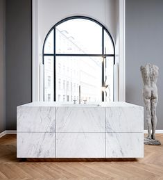 Multiform relancerer deres linje i 2 nye udgaver The danish firm Multiform is behind this new kitchen series. The big white marble kitchen island is majestic. Luxury Kitchen Design, Best Kitchen Designs, Luxury Kitchens, Small Kitchens, Kitchen Ideas, Interior Modern, Interior Design, Kitchen Furniture, Kitchen Interior
