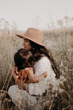 #familyphotos #family #photos #field #northerncalifornia #california #openfield #familysession #mothersday #mom #daughter Mom And Me Photos, Mommy And Me Photo Shoot, Little Girl Photos, Mom Daughter Photos, My Photos, Bohemian Family Photo, Family Portraits, Family Photos, Beautiful Moments