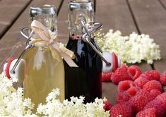 Elderberry Syrup Benefits and Recipe Elderberries naturally contain vitamins A, B, and C to help stimulate the immune system. Research has found elderberry Natural Cold Remedies, Herbal Remedies, Elderberry Syrup Benefits, Stevia, Superfood, Tonic Syrup, Chai Recipe, Cocoa, Fruit Juice