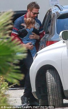 This is Esmeralda, eldest daughter of Eva Mendes and Ryan Gosling.  Here wity daddy visiting new baby sister.