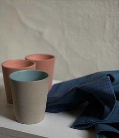Hecho en cerámica y pintado a mano. Colores: palo rosa, gris plata  Medidas:10 cm de alto x 8.5 de diámetro Tableware, So Done, Silver, Gray, Colors, Dinnerware, Tablewares, Dishes, Place Settings