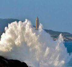 El mar azota la costa de #ACoruña con la Torre de Hércules de fondo #Galicia #SienteGalicia
