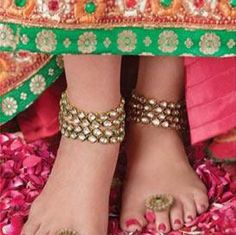 Anklet Jewelry Made up of silver, it is a thick chain that is tied on the ankle and is adored with tiny bells that make enticing sound. Bichuas or toe rings are similar to rings worn in the fingers of the hand, but are worn in the fingers of each foot. Indian Wedding Jewelry, Indian Bridal, Indian Jewelry, Bridal Jewelry, Indian Weddings, Silver Jewelry, Gothic Jewelry, Pandora Jewelry, Luxury Jewelry
