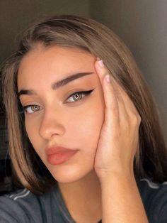 Discover these aesthetic natural makeup tips Tip# 1182 Beauty Make-up, Beauty Hacks, Hair Beauty, Beauty Girls, Beauty Ideas, Skin Makeup, Eyeshadow Makeup, Gold Makeup, Drugstore Makeup