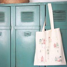 Le tote bag Däm, qui ressort bien sur notre casier vintage ! 💚