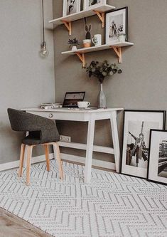 You can not imagine a comfortable room without a rug around. Home Office, Office Desk, Crochet Cushions, Crochet Rugs, Ideias Diy, Small Rugs, Entryway Tables, Sweet Home, Room Decor