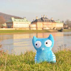 Ben gegenüber vom Schloß Pillnitz in der schönen barocken Stadt Dresden. Ben und seine Freunde gibt es als Illustration oder Memo Spiel oder eben als Plüschtier. Mit ihnen kannst Du Deine eigenen interessanten Reisen erleben. Probier es aus.