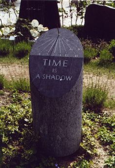 'Time is a shadow', Belgisch hardsteen. Door Steenhouwerij Jansen Utrecht