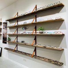 Op deze pin zie je hoe de leren plankdragers ook kunnen dienen. Een prachtige winkelpresentatie van de firma Brillenliefde uit Utrecht! Utrecht, Plank, Shelves, Home Decor, Shelving, Decoration Home, Room Decor, Shelving Units, Home Interior Design