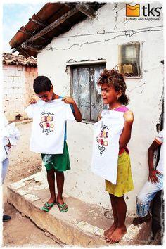A cada camiseta que você compra uma nova é dada a uma criança que vive em situação de risco