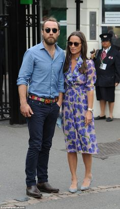 Pippa eligió un vestido midi de impresión bastante floral para su viaje al tenis con su hermano James