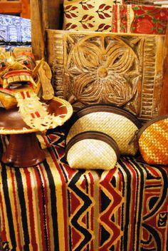 Teixit i baul de la India i objectes de Indonèsia