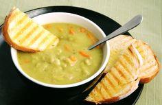 Clásica sopa de chícharos preparada con  zanahoria, papas y un toque de orégano.