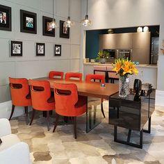 A convite da @dunelli_ estive hoje na concept store da marca cobrindo a abertura da Mostra 2017,  no stories apresentei todos os ambientes, vem ver, estão incríveis! Na imagem, espaço de Salete Sobral, que concebeu uma sala de jantar integrada a cozinha,  sofisticada e ousada, unindo alguns elementos de estilo retrô ao design moderno do mobiliário. #dunelli #dunellicasa #mostradunelli #somosconteudo_ #interiores #decor