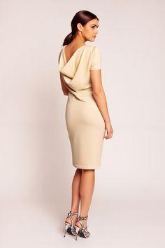 Kobieca sukienka wykonana z gładkiej tkaniny z krótkim rękawem. Sukienka o…