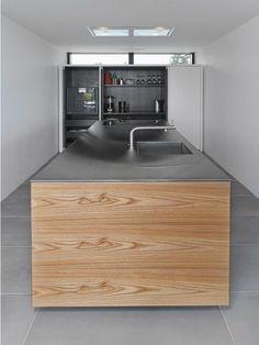 Giv dit køkken et præg af træ og lys metal. KØKKEN R2 | ELM - OLIE #modern #kitchen #culina