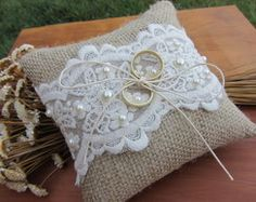 Almofada rústica para alianças Wedding Pillows, Ring Pillow Wedding, January Wedding, Ring Holder Wedding, Ring Pillows, Cushion Ring, Burlap Lace, Decoration Table, Wedding Sets