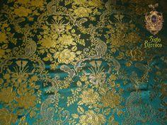 BROCADO: Tela de seda entretejida con oro o plata, de rica apariencia, con hilos de oro o plata que decoran la tela imitando bordado o dibujos briscados.