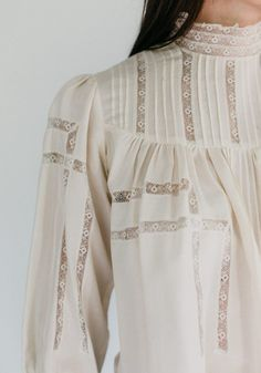 The 205 Gibson Girl Blouse sewing pattern from Folkwear is a high-collar, back-buttoning yoke style blouse, beautifully feminine. Victorian Blouse, Blouse Vintage, Blouse Patterns, Clothing Patterns, Sewing Patterns, Saris, La Fille Gibson, Peplum Top Pattern, Blouse Sewing Pattern