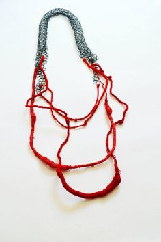 "Mireia Calaf Joieria Contemporània ""TEIXINT VIDES"" Collar Plata i fil 2014 Jewelry Crafts, Jewelry Art, Jewelry Necklaces, Jewelry Design, Textile Jewelry, Fabric Jewelry, Contemporary Jewellery, Modern Jewelry, Diy Necklace"