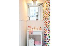 """El baño es el área más pequeña de este hogar. """"Como es muy chico, pintamos el vanitory (Easy) de blanco con pintura en aerosol. El color est..."""