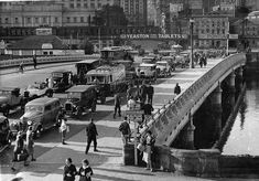 Queens Bridge from south bank of Yarra in 1947 Melbourne Street, Melbourne Cbd, Melbourne Victoria, Old Pictures, Old Photos, Tauranga New Zealand, Melbourne Suburbs, Historical Pictures, Places To Visit