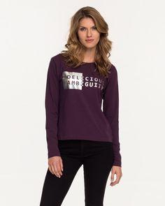 Langarm Shirt mit weiterem Rundhals von CROSS Jeans, mit angesagtem shiny Hologram-Print. In einem lila Ton, der das Thema Damson wiederspiegelt. Material fig: 92% Baumwolle, 8% Elasthan...