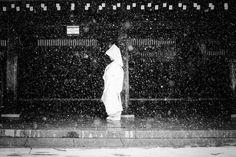 La mariée des neiges. Shinjuku, Tokyo, Japon par Stephane Mangin