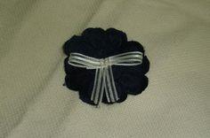 flor azul marino con lazito de organza en el centro