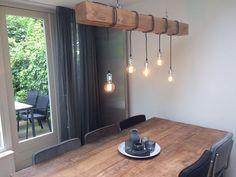 OMSCHRIJVING- Maak je kamer gezellig met deze industriële hanglamp. De lamp heeft zijn stoere en warme uitstraling te danken aan de grove houten balk en het behoud van de natuurlijke kleur. Het moderne design is een eye-catcher in iedere woonkamer. De lamp is voorzien van een speciale wax