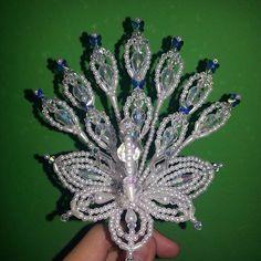 Parte frontal del pavo trabajado en cristales de gotas rombos tornasoles y maripositas de crystal Sw - ventadetemblequeslastablas