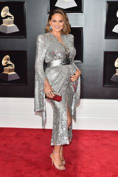 Chrissy Teigen In Yanina Couture - 2018 Grammy Awards - Red Carpet Fashion Awards Celebrity Maternity Style, Celebrity Dresses, Celebrity Red Carpet, Celebrity Look, Maternity Gowns, Maternity Fashion, Silver Outfits, Mother Of The Bride Gown, Silver Dress